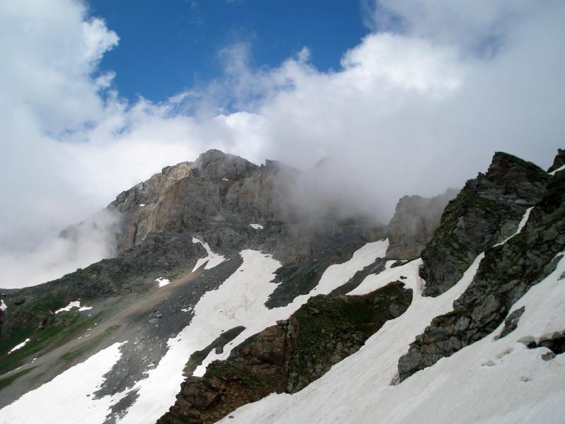 Седая гора в седых облаках